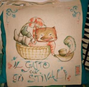 Un gatto sornione, pigramente accovacciato nella sua cesta, in attesa di nuove avventure!