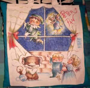 Peter Pan e Trilly illuminano di magia la notte londinese.